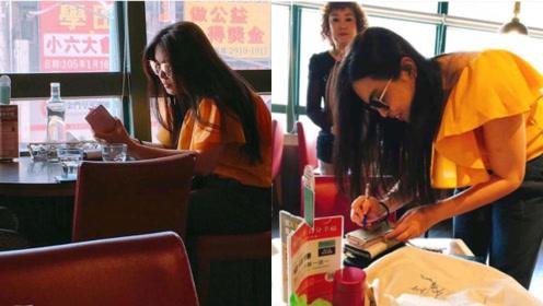 王祖贤餐厅独自就餐被拍,长发披肩颜值依旧,默默刷手机略显孤独