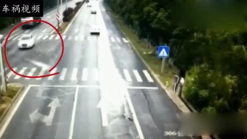 让对面两位司机没有想到,白色轿车会这样冲过来!