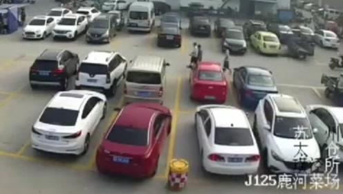 女司机倒车出库连撞四次,然后跑了