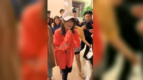 赵本山女儿球球现身二十名保镖护航,结果粉丝还没保镖多超尴尬