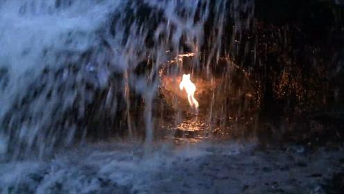 一条着火的瀑布,只有在电影里才能看到的奇观,一年中只出现两次