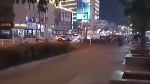 跑什么跑?男子被查酒驾突然挣脱逃跑 民警紧随其后将其追回处罚