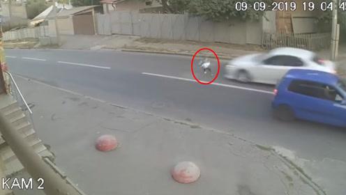 小男孩突然加速横穿马路被撞飞 因为这一物竟毫发无损