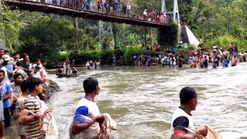 """国外农村举办""""捕鱼节"""",几百人站在河边,准备要大捞一场了!"""
