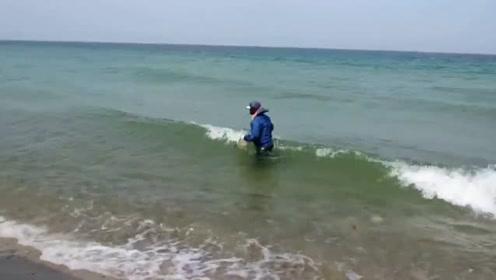 海边撒网捕鱼 一网下去就是大丰收