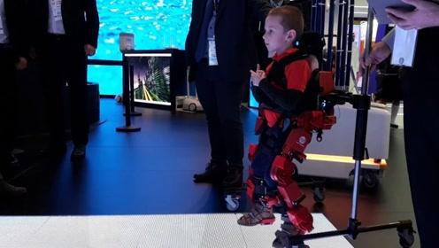 专门给儿童用的外骨骼,帮助患者重新站起来,还能随身体变化