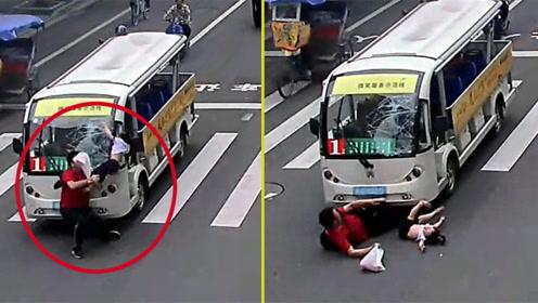 男子怀抱小女儿过斑马线遭巴士撞飞 警方:系驾驶员分心刹车不及