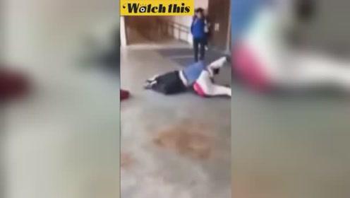 霸凌男挑衅同学两人单挑 后者一招摔跤经典招式分分钟将其KO