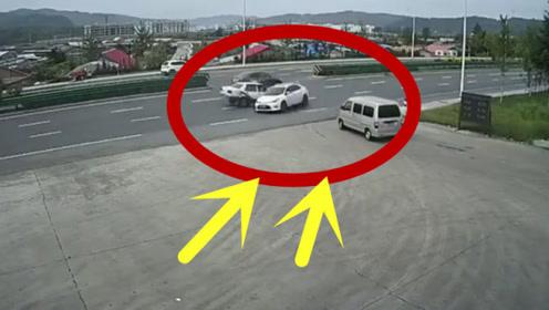 不系安全带的下场!一个撞击后,副驾驶飞出窗外!