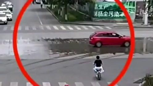 骑电车的小伙,被突然驶来的车辆碰到,幸好多大伤害!