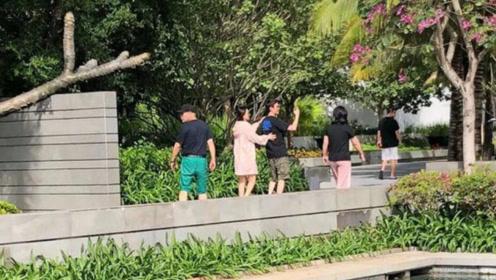 偶遇赵丽颖冯绍峰夫妇出游,夫妻同框自拍很是恩爱,羡慕了