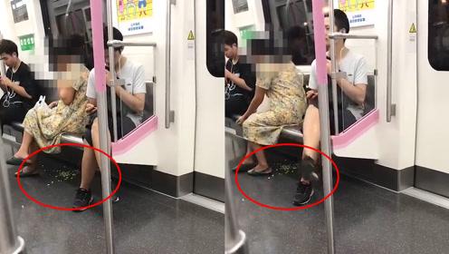 不忍直视!大妈武汉地铁吃莲子果皮丢一地,一旁乘客受不了走开