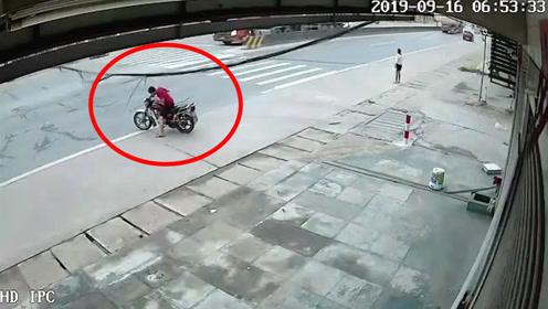 惊魂!广东肇庆一公路突发电线垮塌,一骑摩托小哥与死神擦肩而过
