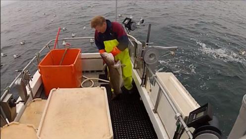 一个人,连渔网都不用,捕的还都都是大鱼