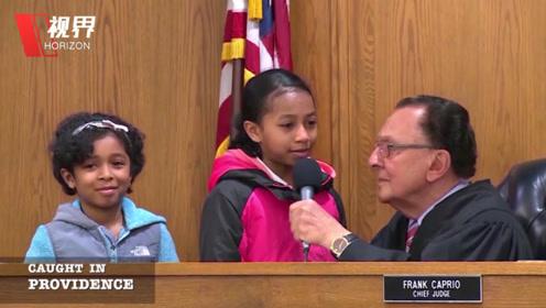 违章黑人带两个可爱女儿出庭 法官老爷爷破例让女儿替自己判案