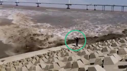 惊魂一刻!男子被钱塘江大潮卷走吞没 11秒后奇迹般被拍回岸边