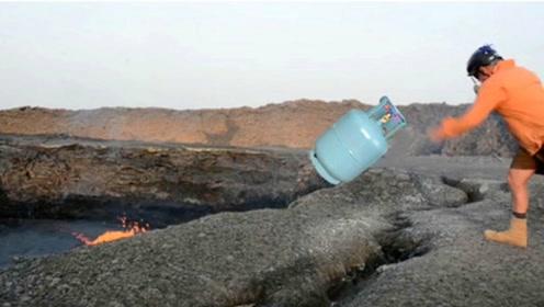 老外冒险作死,把煤气罐丢进火山口,结果下一秒却让人意外