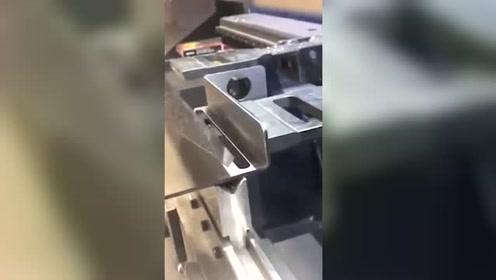一块铁板,就这样没压出形状