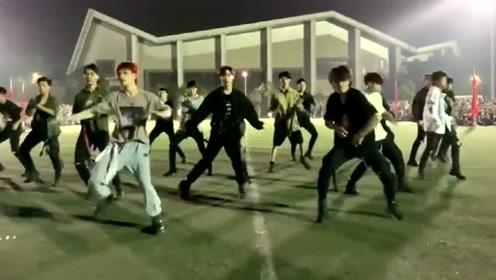 万人军训表演,别人学校的小哥哥跳exo舞蹈,C位也太酷了吧!