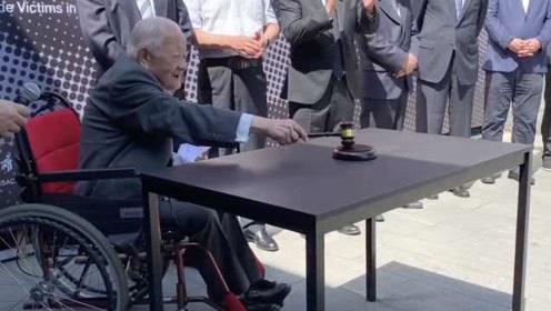 东京审判图片展南京开展,97岁亲历者敲响法槌:和平来之不易