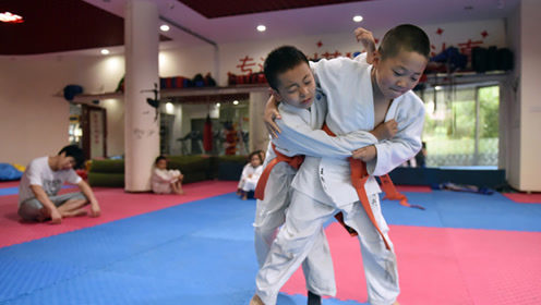 少年喜欢跳舞,却被逼着学柔道,还拿了冠军!结果让你意想不到