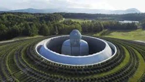 """世界最""""委屈""""佛像,建在墓地中,远处只能看到头顶"""