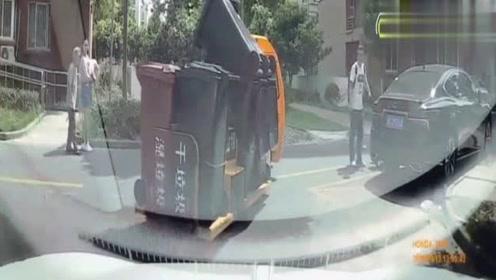 红色私家车高速乱撞,车祸现场惨不忍睹,视频车跟着遭殃