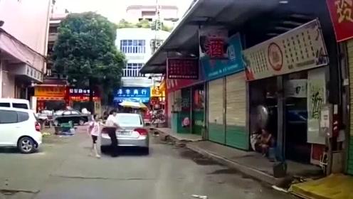 女司机占道停车,直接扬长而去,不是拍下谁信!