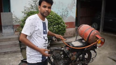 印度男子开摩托车加不起油,用煤气代替汽油,屁股后面绑煤气罐!