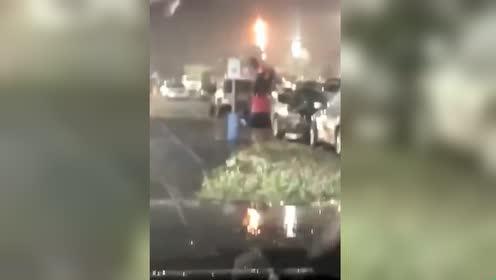 下大雨女子竟举起小孩挡雨!网友:这孩子是充话费送的吗?!
