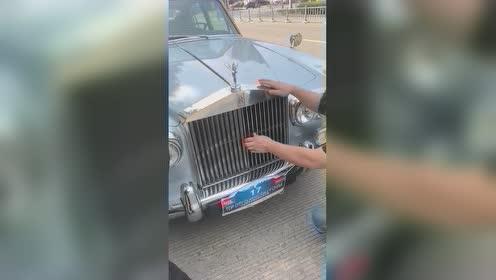 劳斯莱斯坏在路上走不动了,请了两个修理工,怎么也打不开引擎盖