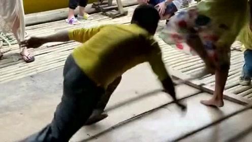 少数民族的竹子舞,小伙这么溜的舞技,脚被打一下应该很疼吧!