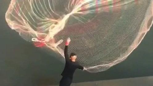 户外网鱼的大哥,居然用这么大的渔网,得捉不少鱼吧!