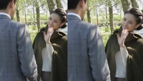 佟丽娅拉不开车门,双手用劲时差点摔倒,被搭档扶稳后羞涩的笑着