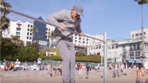 """年迈老人沙滩健身不得不服,将单杠玩出新花样,围观群众""""惊""""了"""