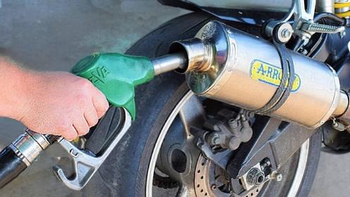男子把汽油倒进排气管,启动后意外发生,网友:活该!