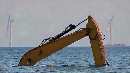 在海里见过挖掘机吗?直接将挖掘机开海里,这操作还是第一次见
