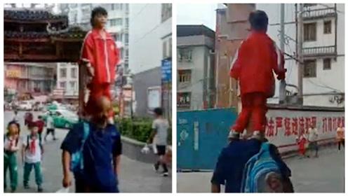 贵州女孩站爷爷肩膀去上学,爷爷边走边做武打动作,网友:太危险