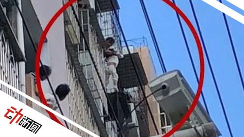 """3岁女孩悬空卡在8层防盗窗外 消防员""""里应外合""""破拆成功救援"""