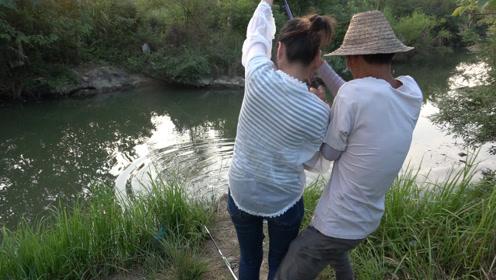 小明带表妹一起钓鱼,突然黑漂中货,表妹一个人提不起来