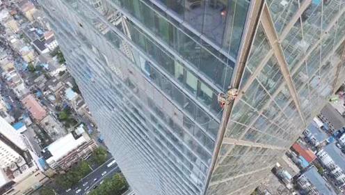 200米高墙外飘荡!清洁工高空作业遇大风,3人被困60楼外