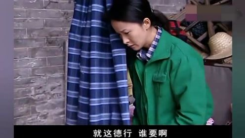 小寡妇被公婆逼出家门,在墙角搭棚过日子,还要忍受邻居的侮辱!