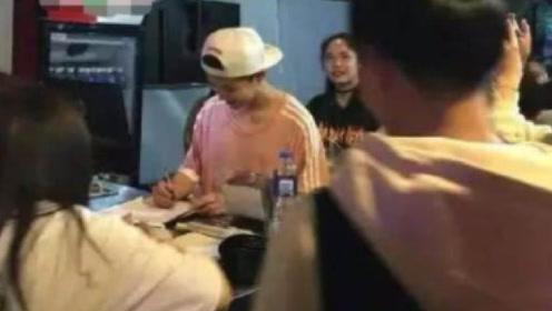 粉丝要到鹿晗签名后转身就扔了,当看到签名后,网友表示扔得好!