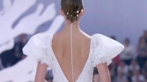 香奈儿模特的身材太牛了,这么美的后背,不去拔个罐真是可惜了!