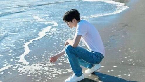 蔡徐坤海边打水漂 少年感十足