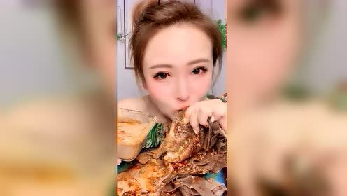 东北大姐吃大毛肚,这吃法也太生猛了吧,还是大口吃着过瘾啊!