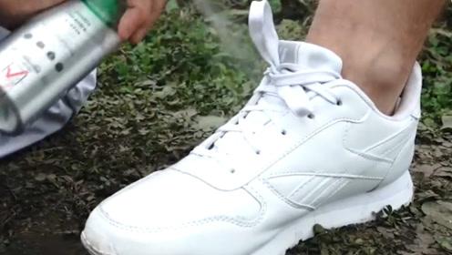 价值昂贵的防水喷雾厉害在哪?小伙穿白鞋走泥潭测试,感觉有点牛