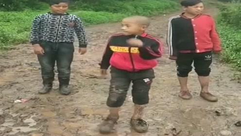今天下大雨,路上遇到三个村里的小伙,在泥里跳鬼步舞正嗨!