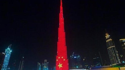 """世界第一高楼""""红""""了!哈利法塔身披""""中国红"""",照亮整个迪拜"""