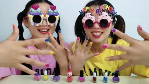 """俩闺蜜戴搞怪""""蛋糕眼镜"""",互涂五彩指甲,开心装扮乐趣多"""